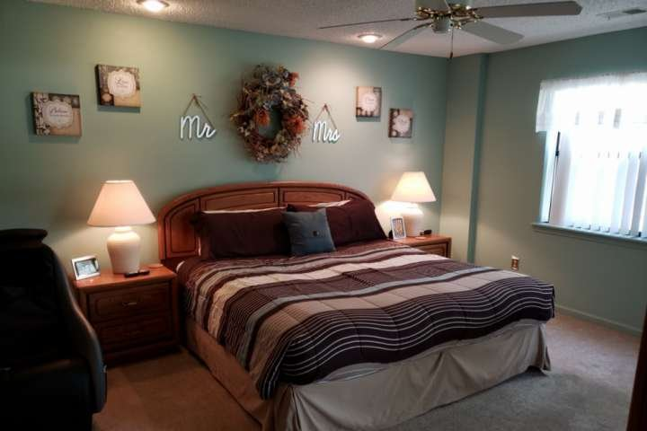 Dormitorio principal con cama King y ventilador de techo.