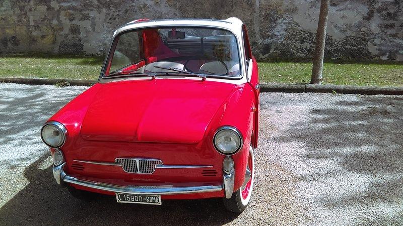 går runt om slott på franska landsbygden ombord på en liten årgångsbil ...