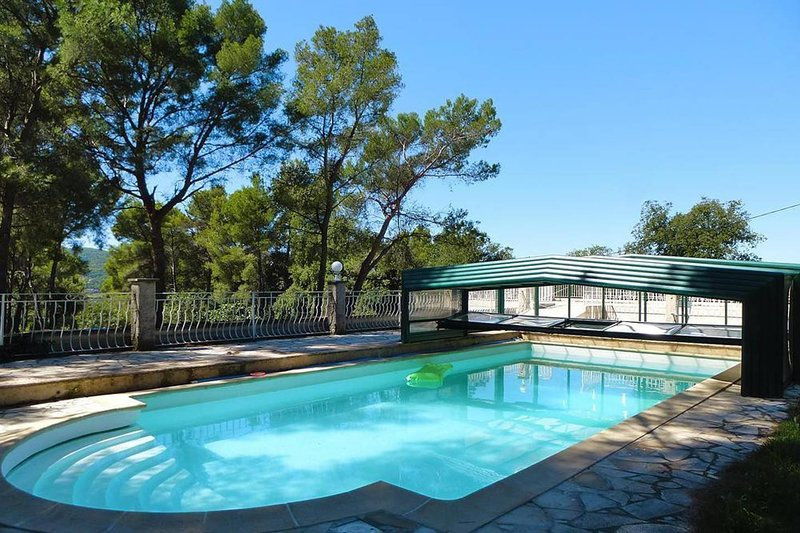 Amazing chalet with swimming-pool, holiday rental in Evenos