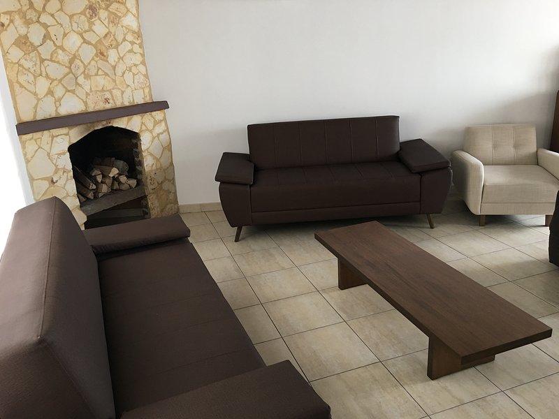 Grote sociale ruimtes: woonkamer - open haard, eetkamer.