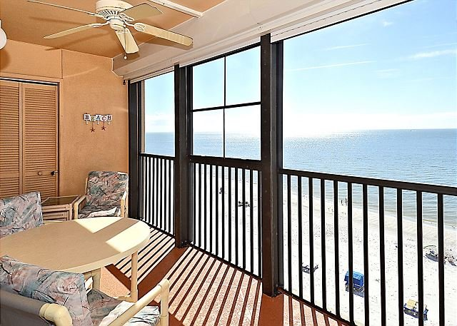 Villa Madeira 609 Top Floor Beach Front/Walk to everything/Beautiful beach!, location de vacances à Madeira Beach