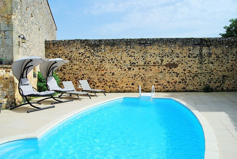 GITE WITH POOL - RENOVATED AND FURNISHED TO A HIGH STANDARD, holiday rental in Lanquais