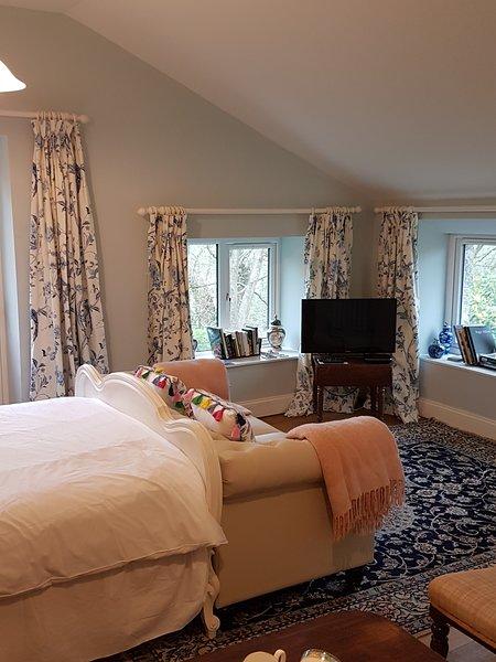 Weelderige boetiekstudio met mooie meubels, antiek meubilair en fijne Chinese tapijten