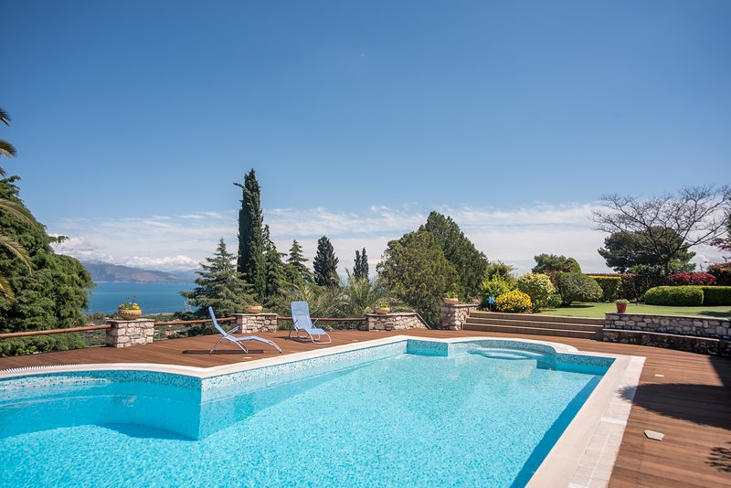 Villa Primavera with Pool and Sea View, aluguéis de temporada em Rododafni