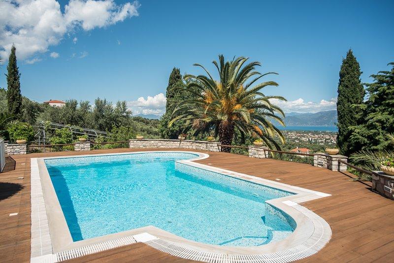 Villa Panorama with Swimming Pool and Sea View, aluguéis de temporada em Rododafni