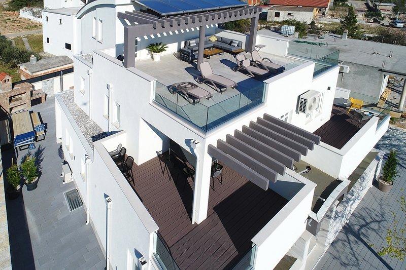 Villa Vesela with pool, for large groups, alquiler vacacional en Seline