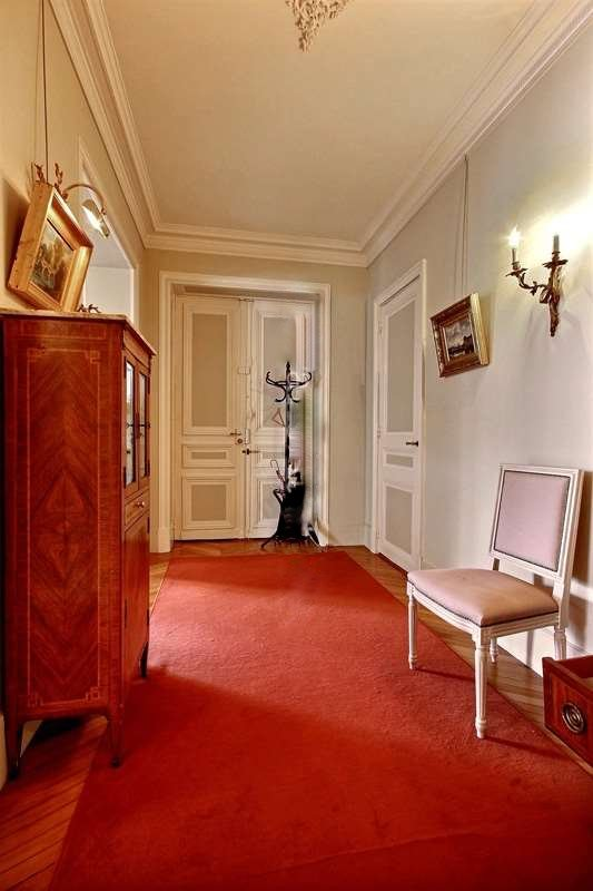 Entrance: The 12 square meters entrance hall leads directly to the kitchen, the living room.