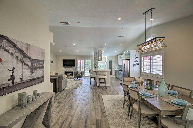 Los pisos de madera noble conectan perfectamente la sala de estar, la cocina y el comedor.