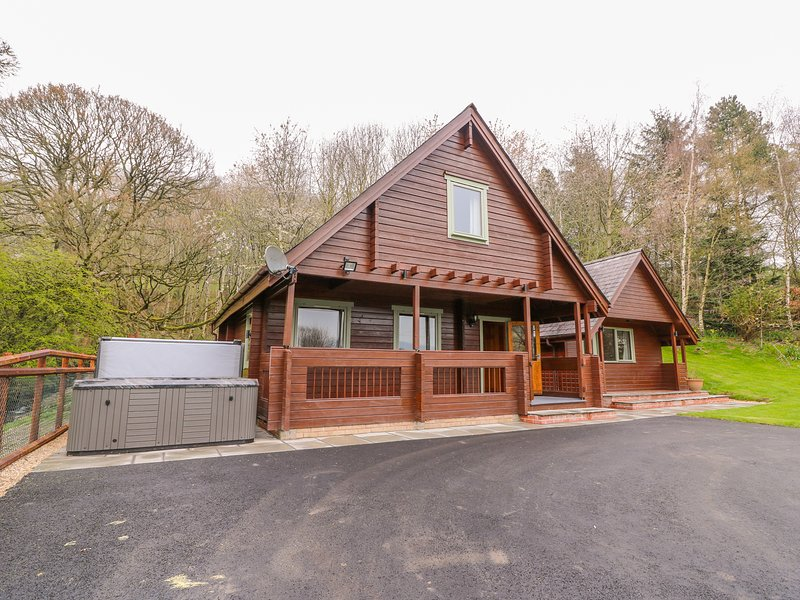 PINES PITCH, hot tub, WiFi, pet-friendly, in Knighton, vacation rental in Kinnerton