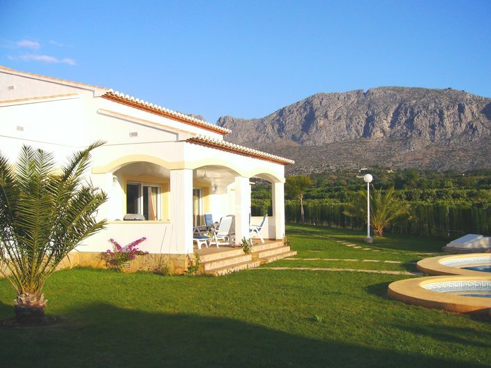 Light spacious villa overlooking pool and citrus groves, holiday rental in Pamis