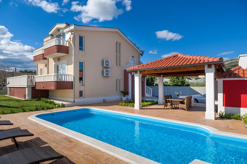 Villa Suker  Jacuzzi, Pool, 5 Bedrooms, close to the sea, 12 pax, vacation rental in Kastel Novi