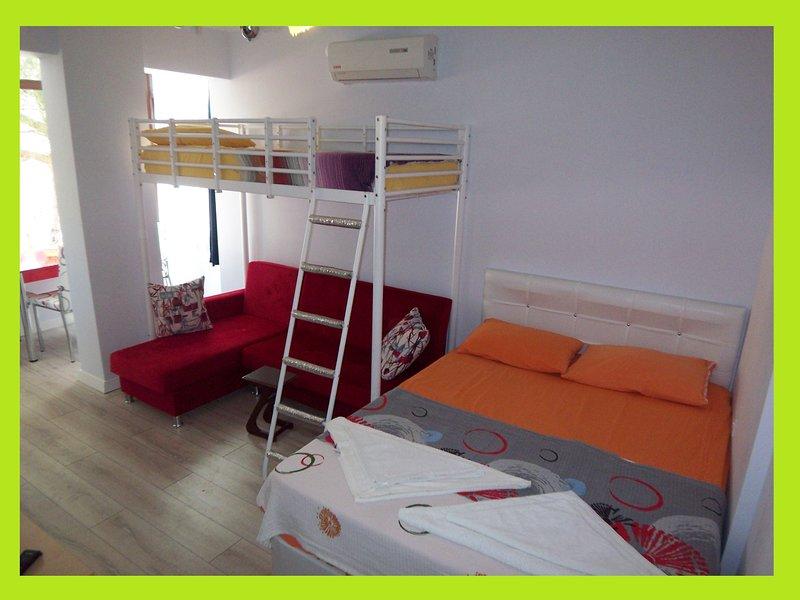 D4: Seferihisar Ürkmez STUDIO 75m to beach WiFi Air-con FullKitchen LEDtv Garden, casa vacanza a Urla
