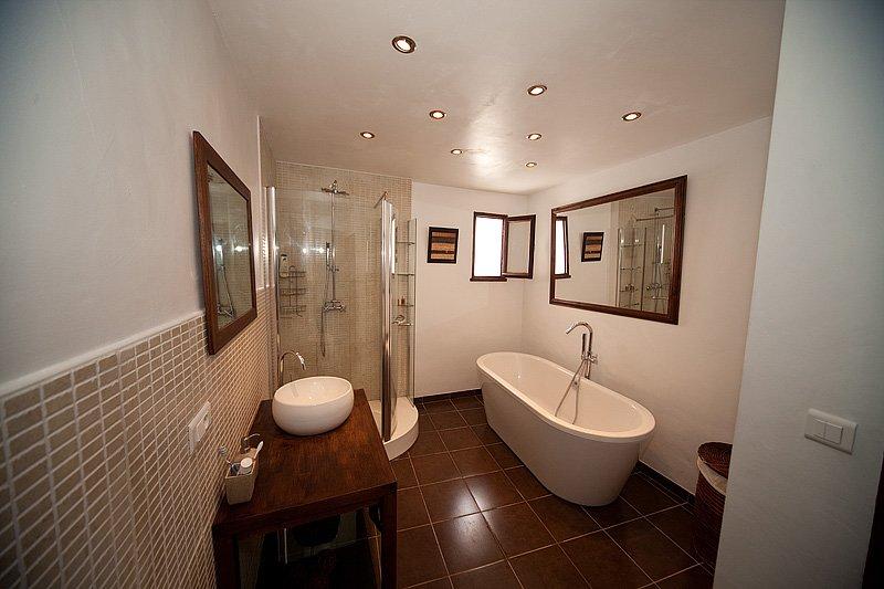 Bagno principale completamente rinnovato, con cabina doccia e vasca da bagno separata.