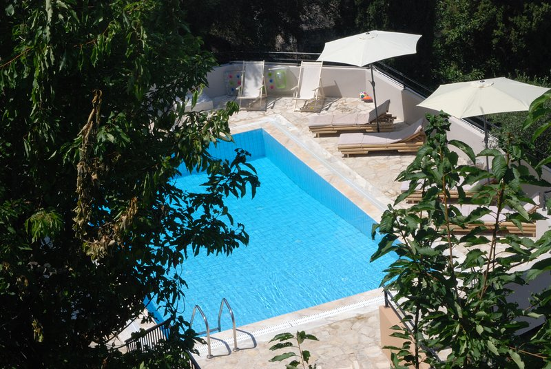 A 3 bedrooms villa with a pool and amazing views!, holiday rental in Avlaki