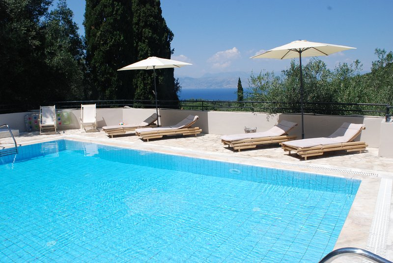 A picturesque villa for up to 6 people with a pool, holiday rental in Avlaki