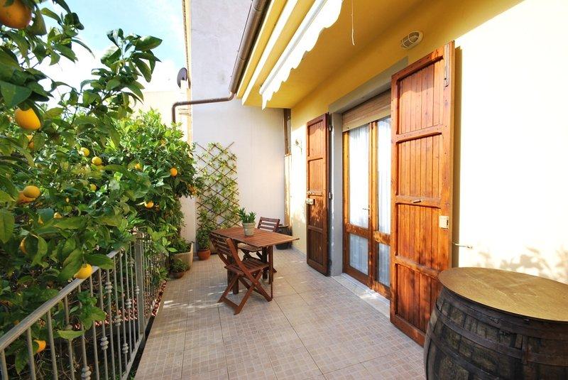 Incantevole appartamento con veranda, vacation rental in Badesi