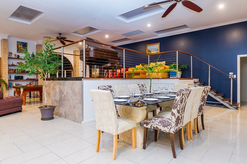 The Penthouse. 6 Bedroom Huge 400 sq mtrs Heated, Chilled pool, Baby Grand Piano, vacation rental in Port Douglas