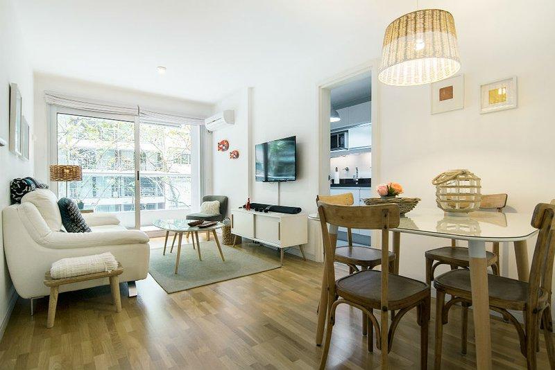 """Sala de estar; excelente espaço para relaxar com sofá confortável, TV de 40 """"a cabo, Netflix, wi-fi de fibra óptica,"""