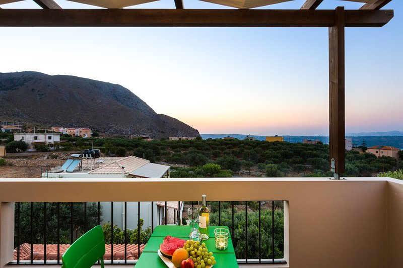 Villa Alysso-fully equipped with pool, near beaches, landmarks and Chania town, location de vacances à Malaxa