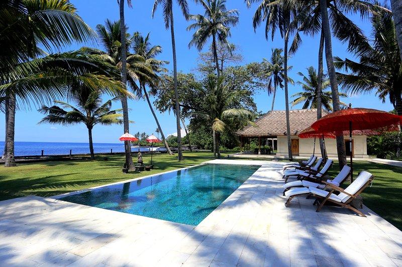 Beachfront property in front of surfing spot, location de vacances à Seraya