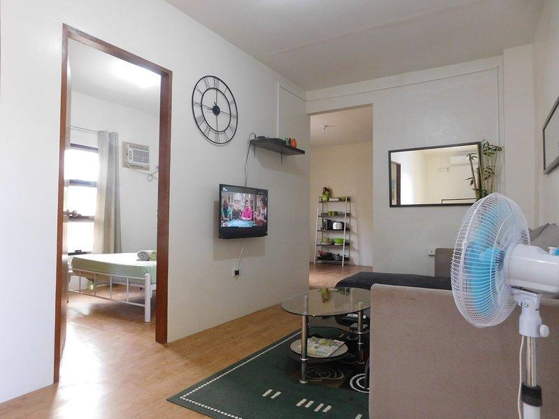 ⍟ BEST VALUE 10 ⍟ Fast WiFi ⋅ Huge Living ⋅ WiFi, vacation rental in Angeles City