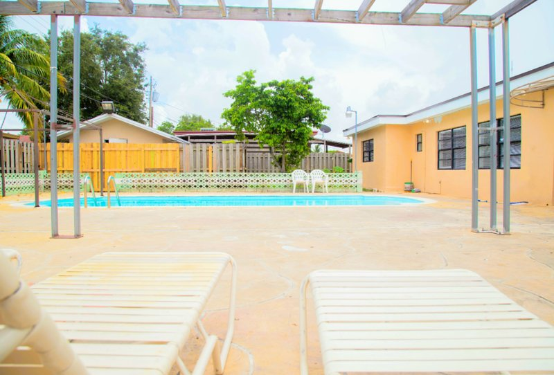 ♦Amazing House w/(shared) Artistic Patio & Pool♦, holiday rental in Miami Gardens