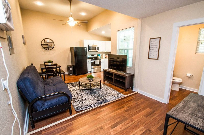 One Bedroom Apartment Near Downtown with Sleeper, holiday rental in Elmendorf