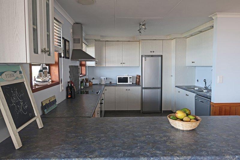 La grande cuisine ouverte est entièrement équipée (lave-vaisselle inclus)