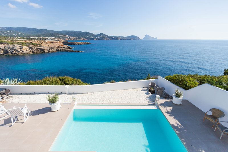 Beautiful house with pool, amazing sea views, Es Vedra and only 5 min. walking f, holiday rental in Sant Josep de Sa Talaia