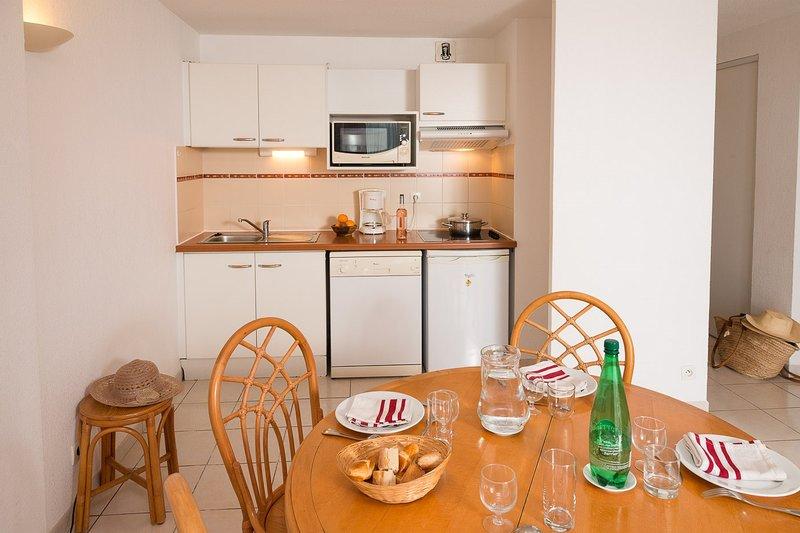 Prepare refeições na kitchenette e aprecie-as à mesa de jantar.