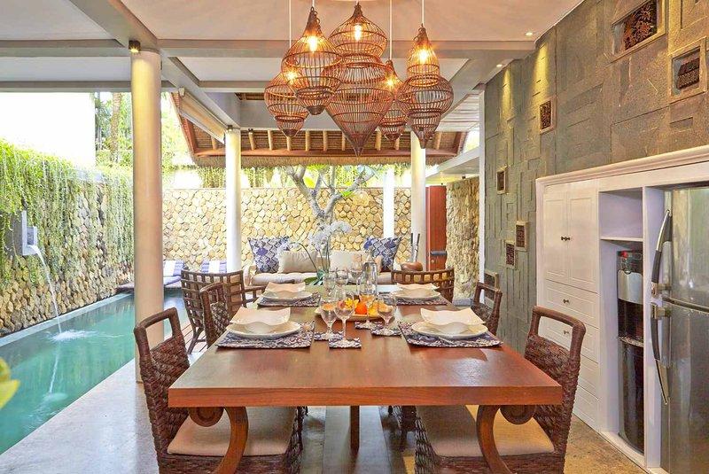 Piscine privée avec cuisine ouverte et coin à manger