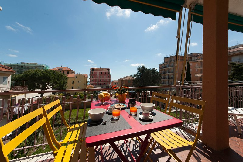 Fornaci 11 Riviera-Holiday - 100 mt dal mare, grande terrazzo, free wifi, parkin, holiday rental in Pietra Ligure