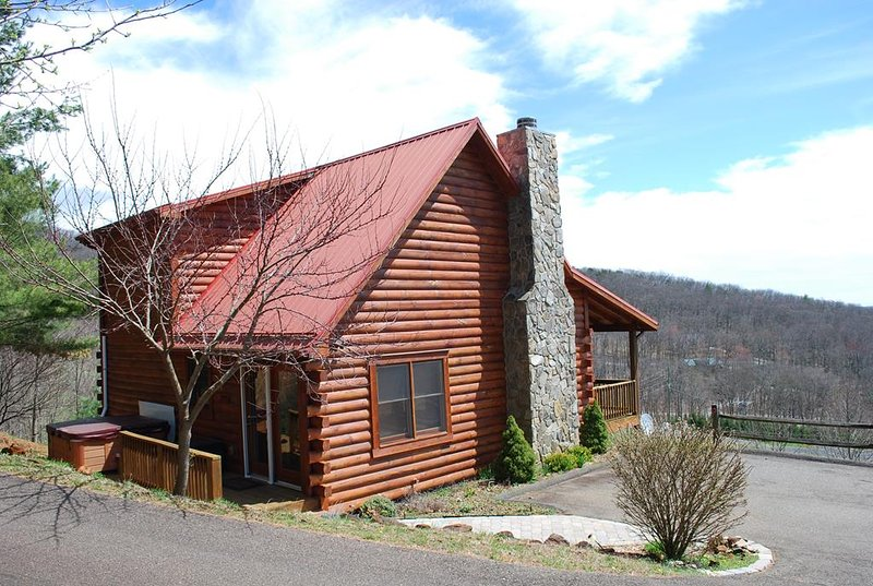 Sunrise Sensation-Spacious 3br/3ba cabin with great views & hot tub, holiday rental in West Jefferson
