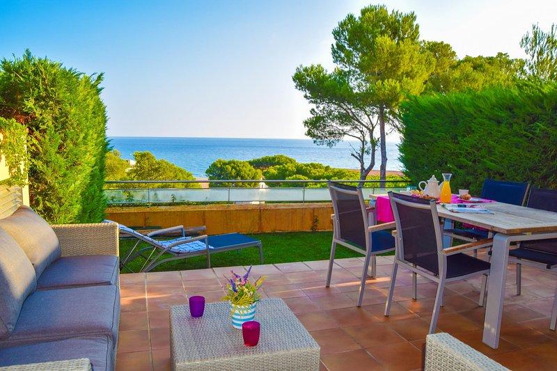 Appartamento in prima linea, spettacolare vista sul mare Comunità piscina e giardino. A / C. Giardino privato. SPCB