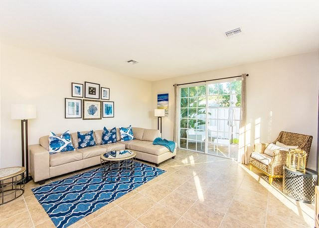 Spacious Townhome w/ Pool, Hot Tub, Private Patio – Near Beach & Dining, holiday rental in Hillsboro Beach