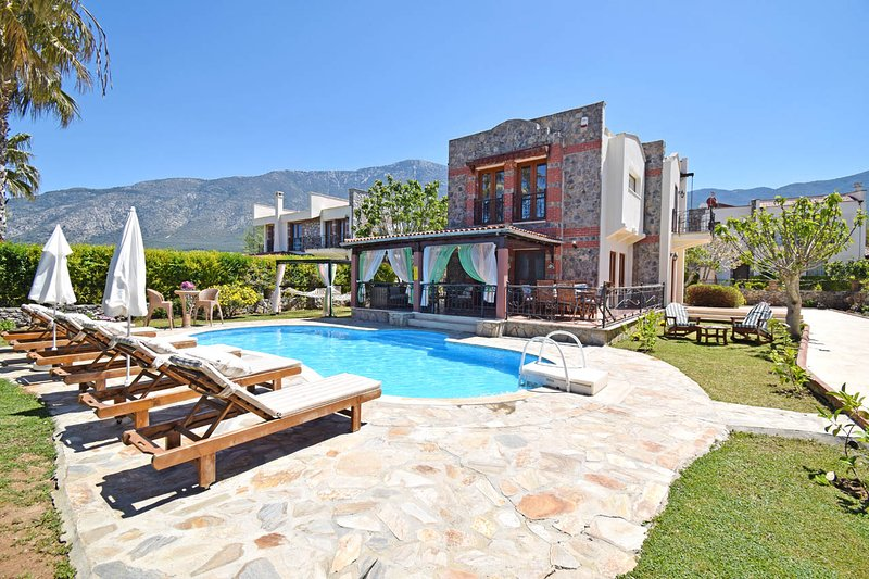 Centrally located 3 bedroom Villa Gulay in Hisaronu center with private pool., holiday rental in Icmeler