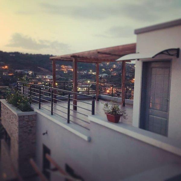 Perfect Getaway in an Architectured Villa set in Scenic Hills, Ferienwohnung in Oyarifa