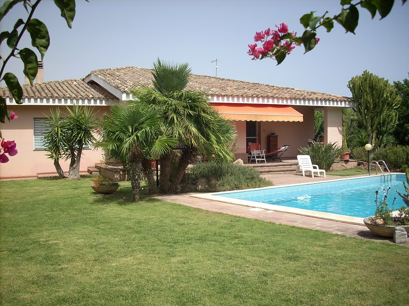 villa privata con giardino e piscina immersi in un paesaggio mediterraneo, vacation rental in Maddalena Spiaggia