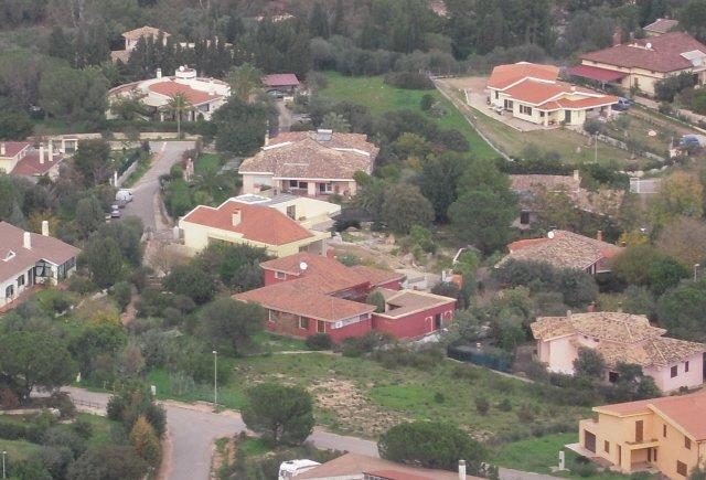 roze huis in het midden met oude tegels, groen rondom ...