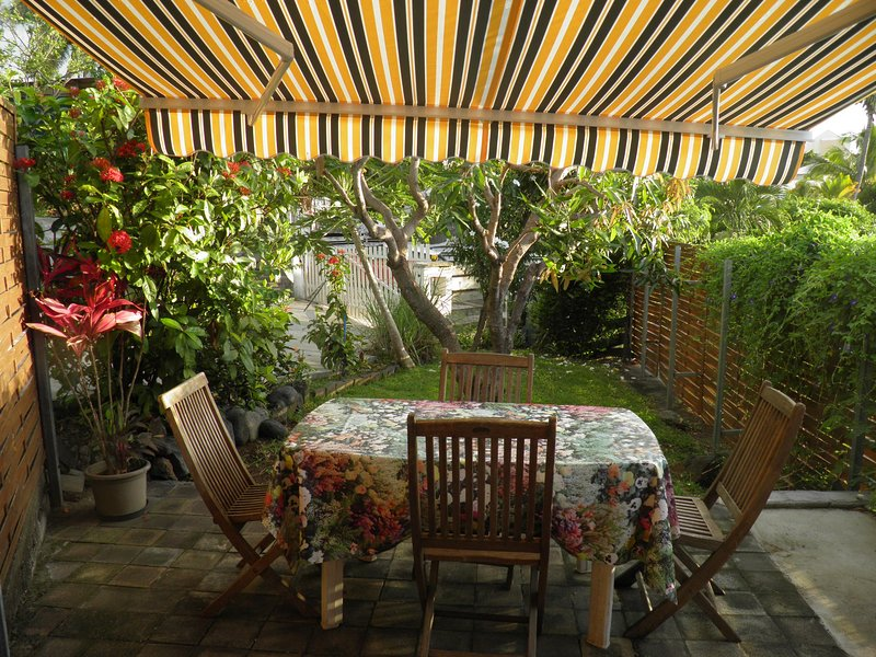Nice bungalow with sea view & Wifi, vacation rental in Saint-Gilles-les Hauts
