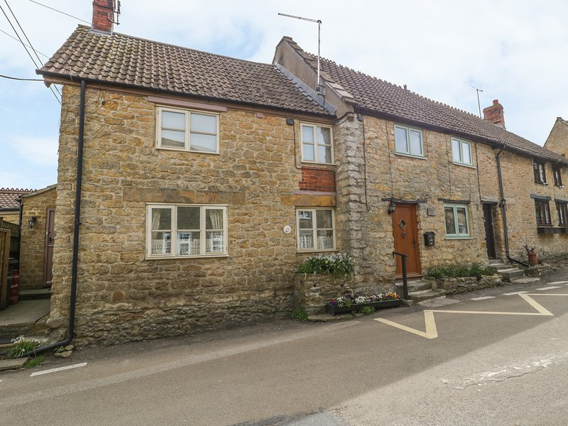 WILLS COTTAGE, woodburner, Crewkerne, holiday rental in Chillington