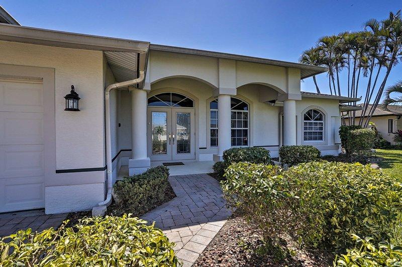 Questa contemporanea casa Cape Coral è perfetta per il tuo prossimo ritiro!