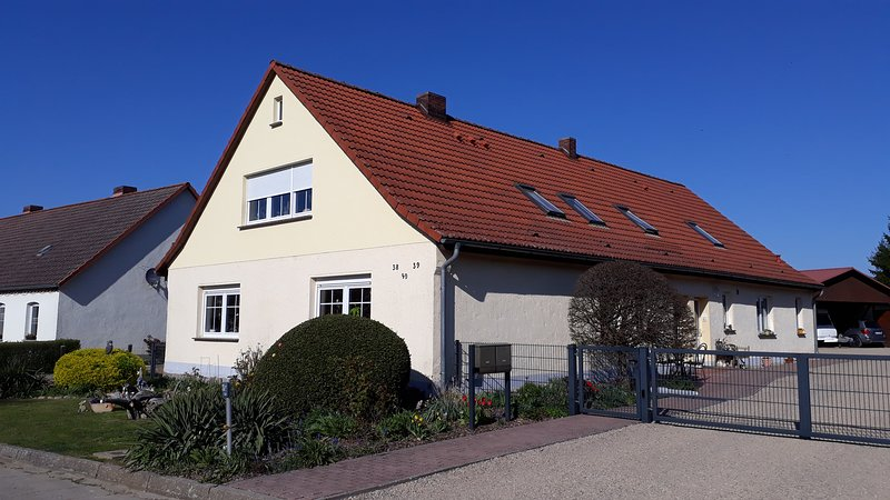 Nice apt with terrace, holiday rental in Reuterstadt Stavenhagen