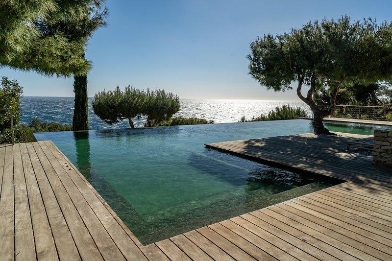 Propriété en bord de mer avec piscine exceptionnelle, holiday rental in Var