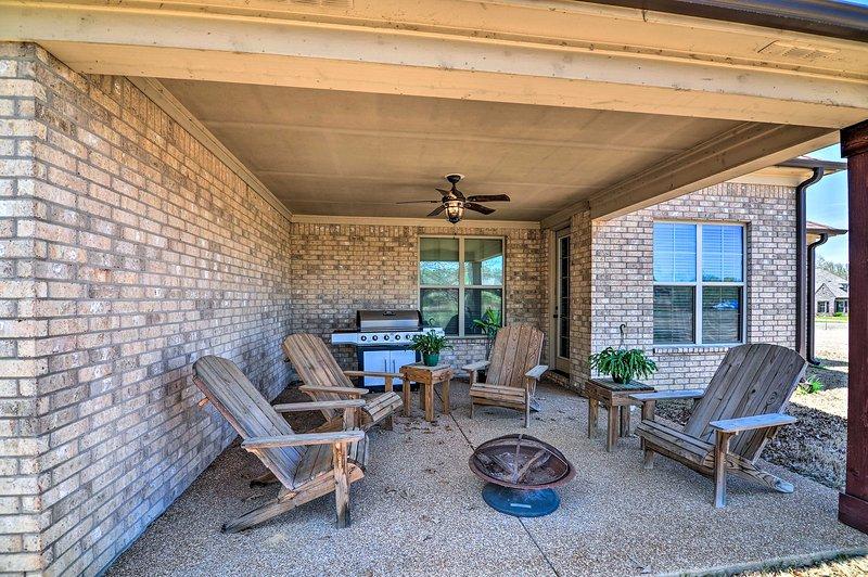 A casa de 2 quartos e 3 banheiros oferece 8 hóspedes, varanda térrea, fogueira, quintal e muito mais!
