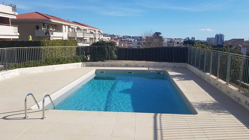 Beautiful apt with pool access, alquiler de vacaciones en St-Laurent du Var