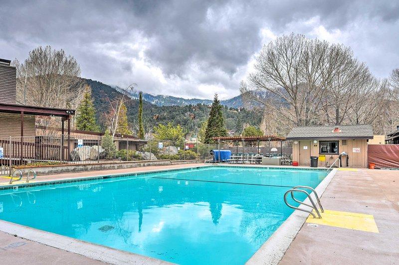 Dieses Ferienhaus im Pine Mountain Club bietet eine herrliche Aussicht und einen Pool.