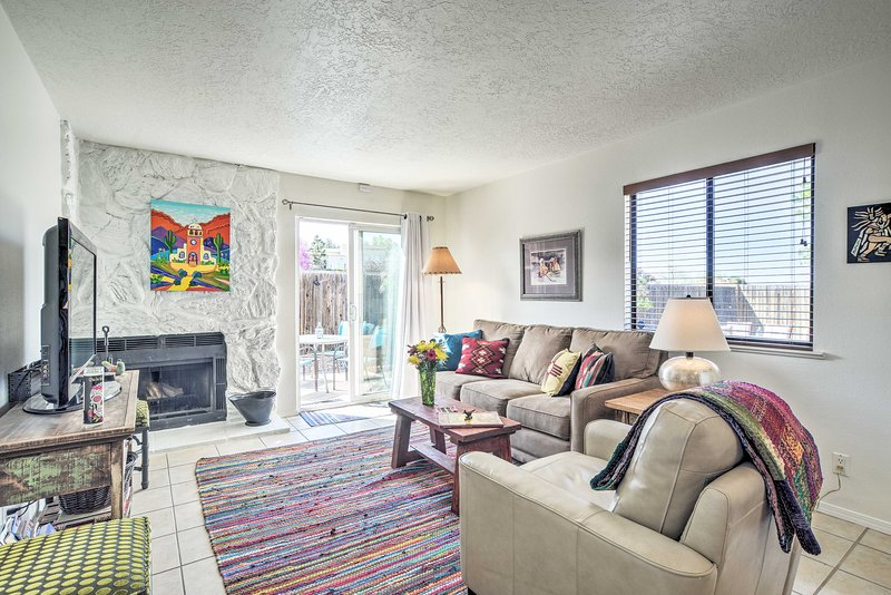 Albuquerque Townhome w/ Patio & Mountain Views!, alquiler de vacaciones en Edgewood