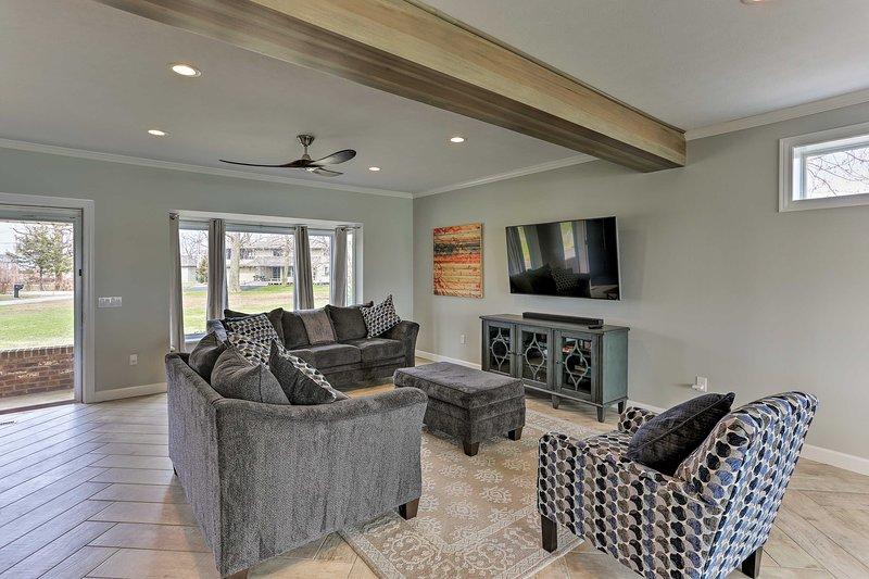 Afundar-se no mobiliário de pelúcia e assistir a shows na TV a cabo Smart TV de tela plana.