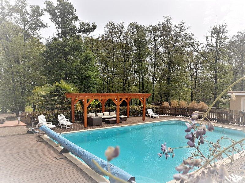 APPARTEMENT TYPE F4 DANS VILLA,  en rez de jardin avec piscine, vacation rental in Aubiet